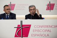 El portavoz de la Conferencia Episcopal Española, Luis Argüello (dcha.), en una rueda de prensa, este viernes, en Madrid.