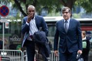Eric Abidal y su abogado Carles Mongilod, este viernes en la Ciudad de la Justicia de Barcelona.