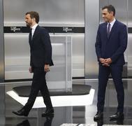 El presidente del PP, Pablo Casado (izqda.), y el líder del PSOE, Pedro Sánchez, en un momento del debate electoral previo al 10-N.