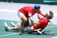 Kachanov se abraza con su compañero Rublev (en el suelo).