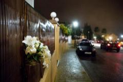 Un ramo de flores, en el lugar donde fue tiroteado el joven de 30 años en Mijas.