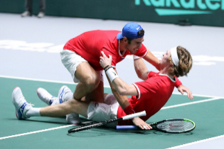 La pareja incansable de Rusia expulsa a la Serbia de Djokovic