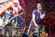 foto de archivo tomada el 15 de julio de 2017, el cantante principal de la banda británica Coldplay Chris Martin (R) con el guitarrista Jonny Buckland se presentan en el Stade de France Arena en Saint Denis, en las afueras de París.