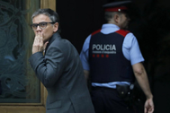 Josep Maria Jové, custodiado por los Mossos el día que detenido por su participación en la organización del 1-O.