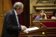 Quim Torra interviene en el Parlament ante la mirada de la portavoz de los 'comunes', Jessica Albiach.