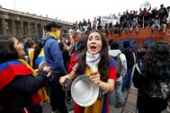 AME8506. <HIT>BOGOTÁ</HIT> (COLOMBIA).- Cientos de personas participan en un cacerolazo este viernes, en la Plaza Bolívar de <HIT>Bogotá</HIT> (Colombia). El rezago de las protestas de ayer en Colombia contra las políticas del Gobierno del presidente Iván Duque, en las que hubo brotes de violencia en varias ciudades, generó este viernes nuevos disturbios en varias zonas de <HIT>Bogotá</HIT>, donde se presentaron enfrentamientos con la policía, choques entre colombianos y venezolanos, el robo de un autobús del Sistema Integrado de Transporte Público (SITP) y saqueos a locales comerciales.