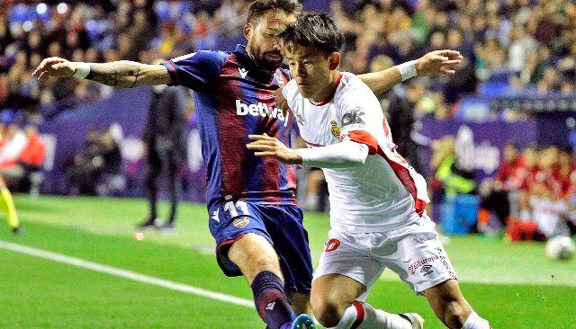 Take Kubo trata de avanzar por la banda en un momento del partido disputado ayer en el Ciutat de Valencia entre el Levante y el Mallorca.