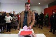 Pedro Sánchez vota en la agrupación socialista de Pozuelo de Alarcón (Madrid).