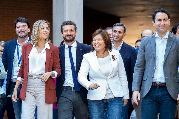 Luis Barcala, Isabel Bonig, César Sánchez y Teodoro García Egea, acompañan a PabloCasado y a su mujer durante un acto en Alicante.