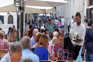 Zona del casco antiguo de Alicante, con las terrazas llenas de gente, en imagen de archivo. Los sonómetros recogen que dos de los picos de ruido se producen a medidodía y a media tarde.