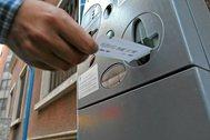 Un usuario saca un tiquet de la zona azul en Alicante, en imagen de archivo.