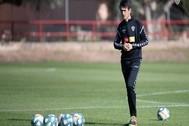 Pacheta, entrenador del Elche, preparando el partido.