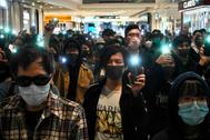 Un grupo de manifestantes participa en una protesta pacífica en Hong Kong.