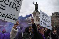 """Una mujer sostiene una bandera con el lema """"Recuerda: resiste, no te rindas"""", durante la manifestación en París para condenar la violencia contra las mujeres."""