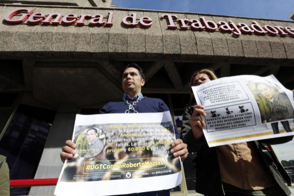 Roberto Macías, a las puertas de la sede en Madrid de UGT en abril de 2017, denunciando la caza de brujas que sufre.