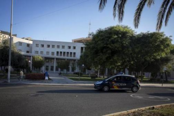 Un coche de la Policía Nacional pasa delante de la comisaría provincial de este cuerpo en Málaga.