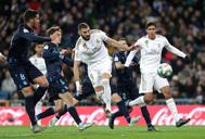 Benzema anota con el pecho el tanto de la remontada.