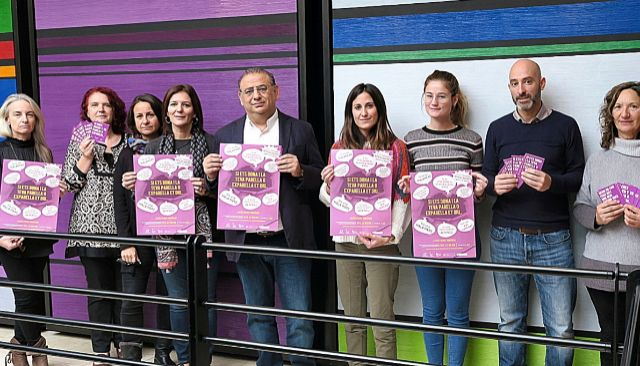 En el centro de la imagen, el alcalde de Calvià, Alfonso Rodríguez Badal, junto a las responsables del equipo de Igualdad. EM