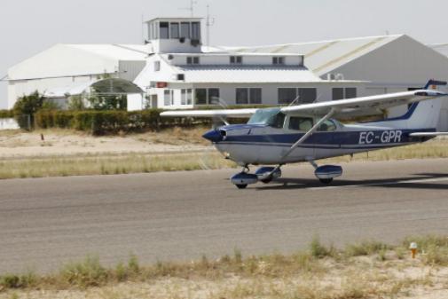 Una avioneta despega del aeródromo de Casarrubios del Monte.