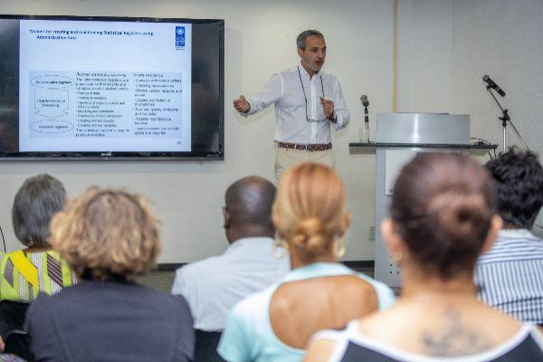 José Luis Cervera, CEO de Devstat, en una conferencia sobre gestión y tratamiento de datos estadísticos.