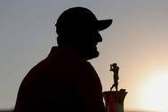 Dubai (United Arab Emirates United Arab Emirates).- Jon <HIT>Rahm</HIT> of Spain celebrates with the Race to Dubai Trophy after the final round of DP World Tour Championship European Tour Golf tournament 2019 at Jumeirah Golf Estates in Dubai, United Arab Emirates, 24 November 2019. (España, Emiratos Árabes Unidos) EPA/