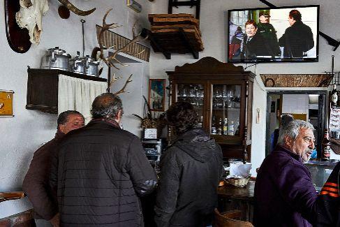 Momento en que en el bar 'El Cruce' la televisión informa de la condena a Guerrero, que aparece en la pantalla. En el centro, su hijo.