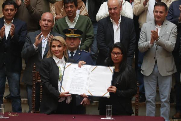 AME9210. LA PAZ (<HIT>BOLIVIA</HIT>).- La presidenta interina de...