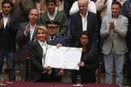 """AME9210. LA PAZ (<HIT>BOLIVIA</HIT>).- La presidenta interina de <HIT>Bolivia</HIT>, Jeanine Áñez (i), sostiene un documento junto a la presidenta del senado Mónica Eva Copa durante la promulgación de una ley de urgencia este domingo en La Paz (<HIT>Bolivia</HIT>). La ley de urgencia para convocar lo antes posible nuevos comicios en <HIT>Bolivia</HIT> fue promulgada este domingo por la presidenta interina del país, Jeanine Áñez, con el compromiso de que serán unas elecciones """"limpias, justas y transparentes""""."""