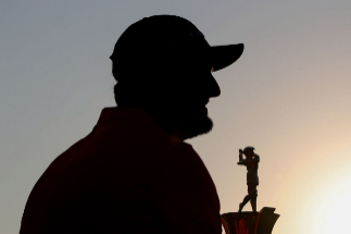 Dubai (United Arab Emirates United Arab Emirates).- Jon <HIT>Rahm</HIT> of Spain celebrates with the Race to Dubai Trophy after the final round of DP World Tour Championship European Tour Golf tournament 2019 at Jumeirah Golf Estates in Dubai, United Arab Emirates, 24 November 2019. (España, Emiratos Árabes Unidos) EPA/