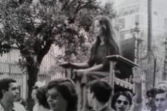 Mercedes Alaya, con sólo 18 años, en una procesión de su facultad.