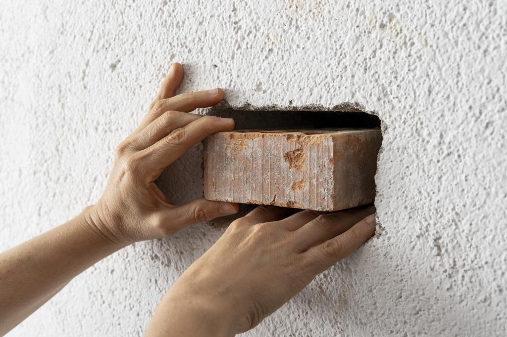 'El ladrillo que no está', obra de Clara Montoya, dentro de la exposición.