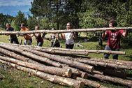 Un grupo de voluntarios de Boscos de Muntanya en el macizo del Orri, en el Parque Natural del Alto Pirineo.