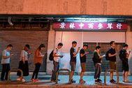 Colas para votar a última hora del día en Hong Kong.