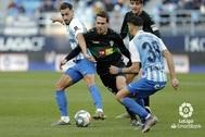 Manuel Sánchez entre dos rivales
