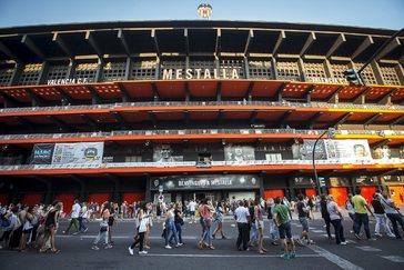 Fachada principal de estadio de Mestalla que recae a la Avenida de Suecia.