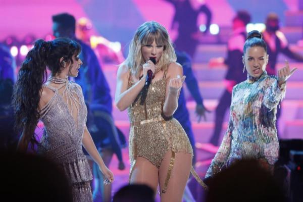 Taylor Swift, durante su actuación en la gala de los American Music...