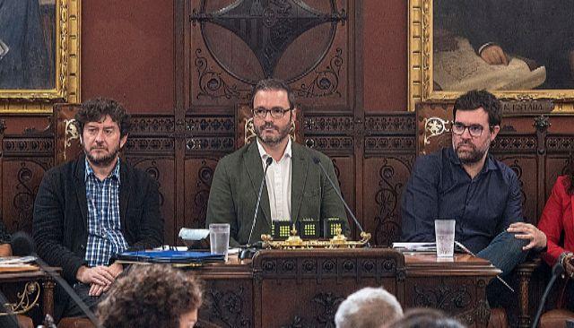 El alcalde de Palma, Jose Hila, flanqueado por los ediles de UP, Alberto Jarabo y el nacionalista, Antoni Noguera. A. VERA