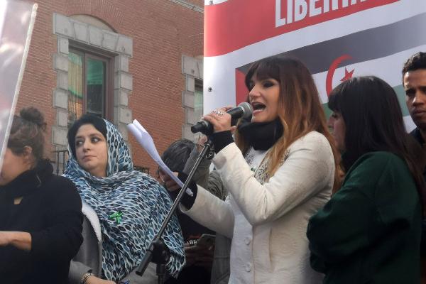 Rozalén da un discurso durante una manifestación en apoyo al pueblo...