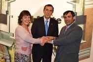 Ana Agirre, José Luis Bilbao y Jabyer Fernández, felices, tras la firma de los convenios de Habidite.