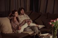 Cómo pueden ayudarte las series de televisión a avivar la llama en tu pareja