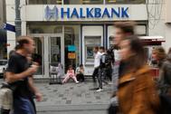 Varios viandantes caminan ante una sucursal de Halkbank, en el centro de Estambul.