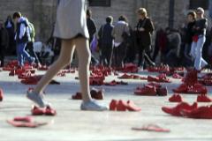 Homenaje con zapatos rojos en Valencia a las víctimas de la violencia de género.