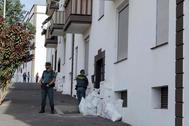Agentes de la Guardia Civil, este lunes ante la vivienda donde se produjo el crimen.
