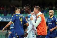 Balotelli intenta abandonar el campo del Verona.