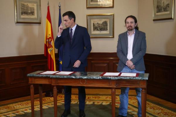El secretario general de Podemos, Pablo Iglesias (dcha.), y el líder...