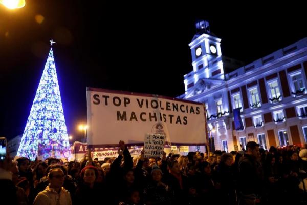 Una de las pancartas que portan los manifestantes que protestan con...