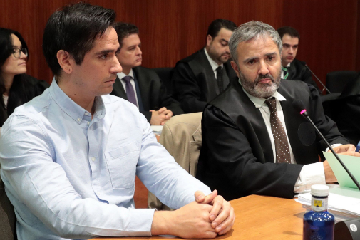 Rodrigo Lanza junto a su abogado durante el juicio.