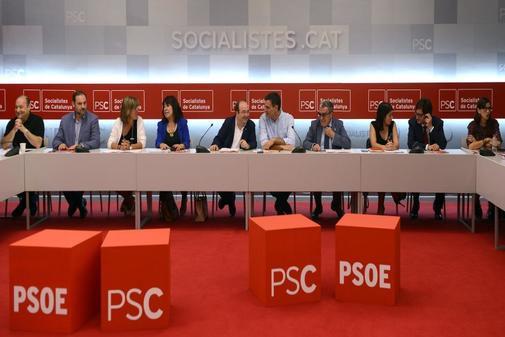 Pedro Sánchez conversa con Miquel Iceta en una reunión conjunta, en...
