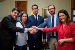 Juan Guaidó (centro), con la delegación del PP, en Caracas.