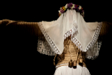 Angélica Liddell  se somete al 'empalao' de Semana Santa en 'Una costilla sobre la mesa'.